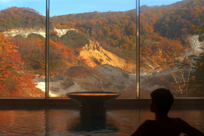 秋の地獄谷を眺める大浴場