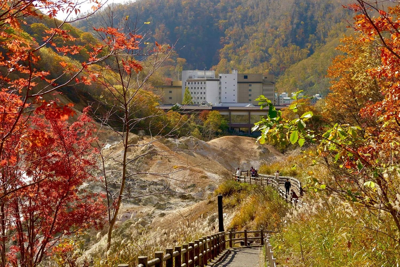 地獄谷から臨む第一滝本館